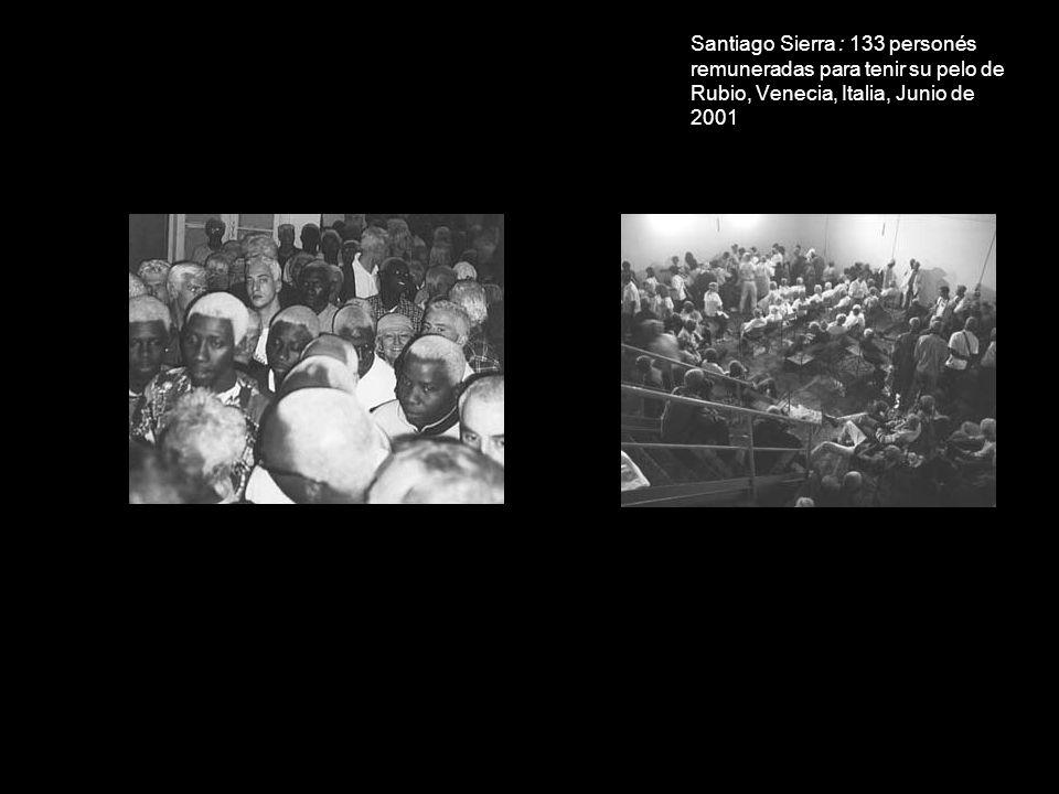 Santiago Sierra : 133 personés remuneradas para tenir su pelo de Rubio, Venecia, Italia, Junio de 2001