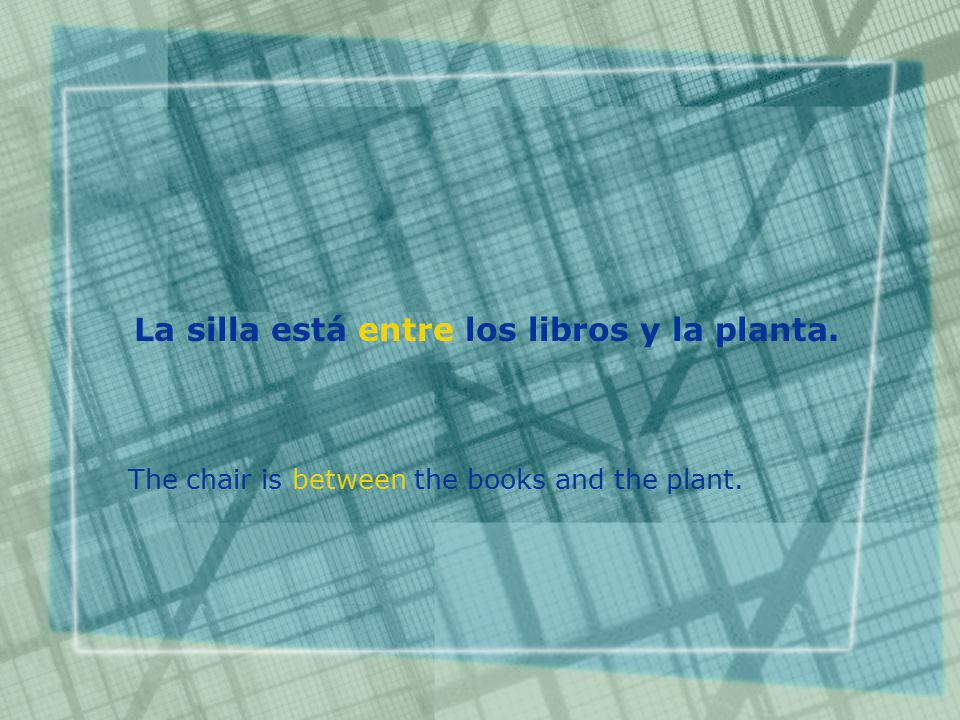 La silla está entre los libros y la planta. The chair is between the books and the plant.