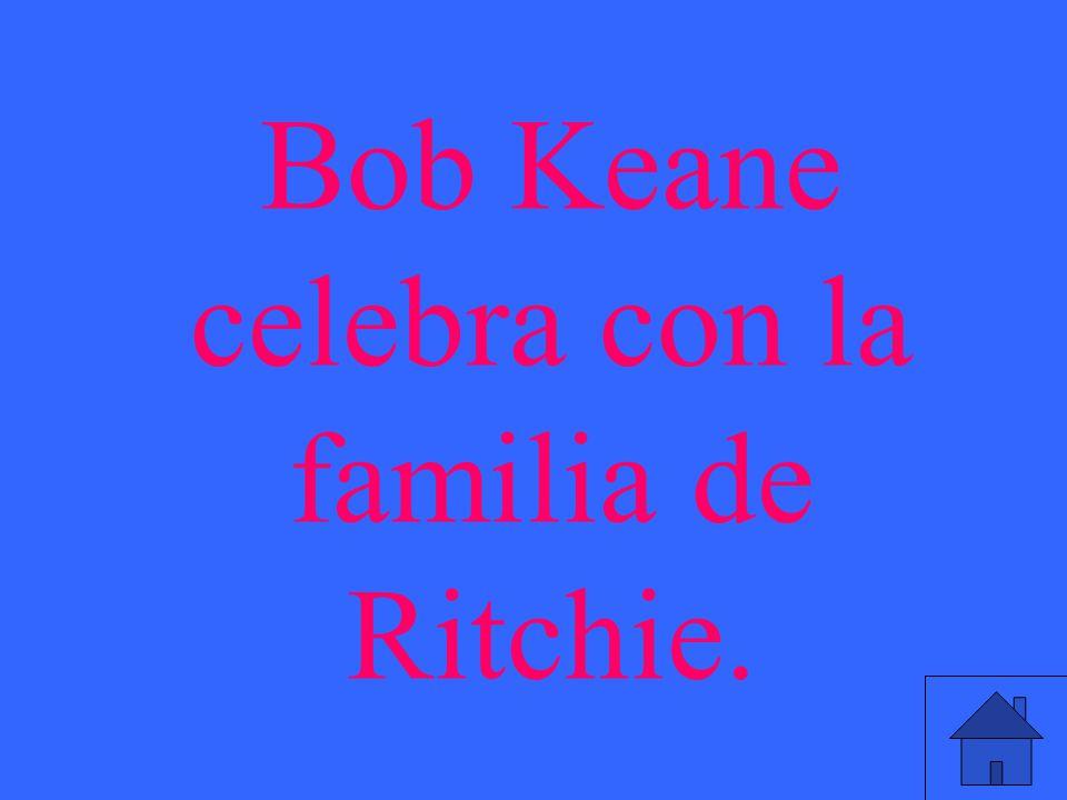 Bob Keane celebra con la familia de Ritchie.