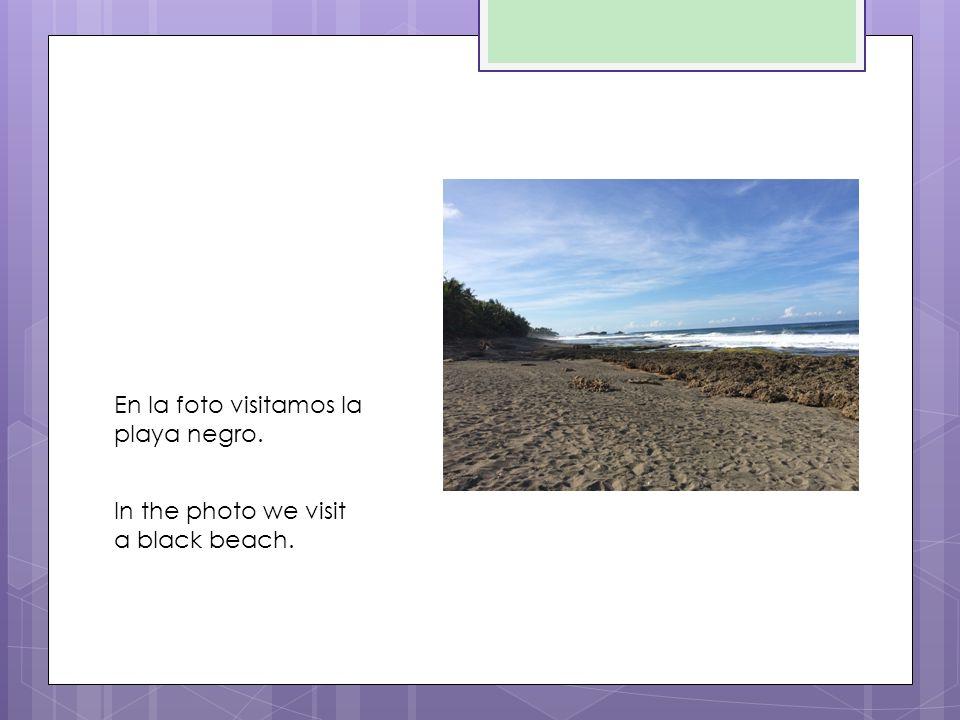 En la foto visitamos la playa negro. In the photo we visit a black beach.
