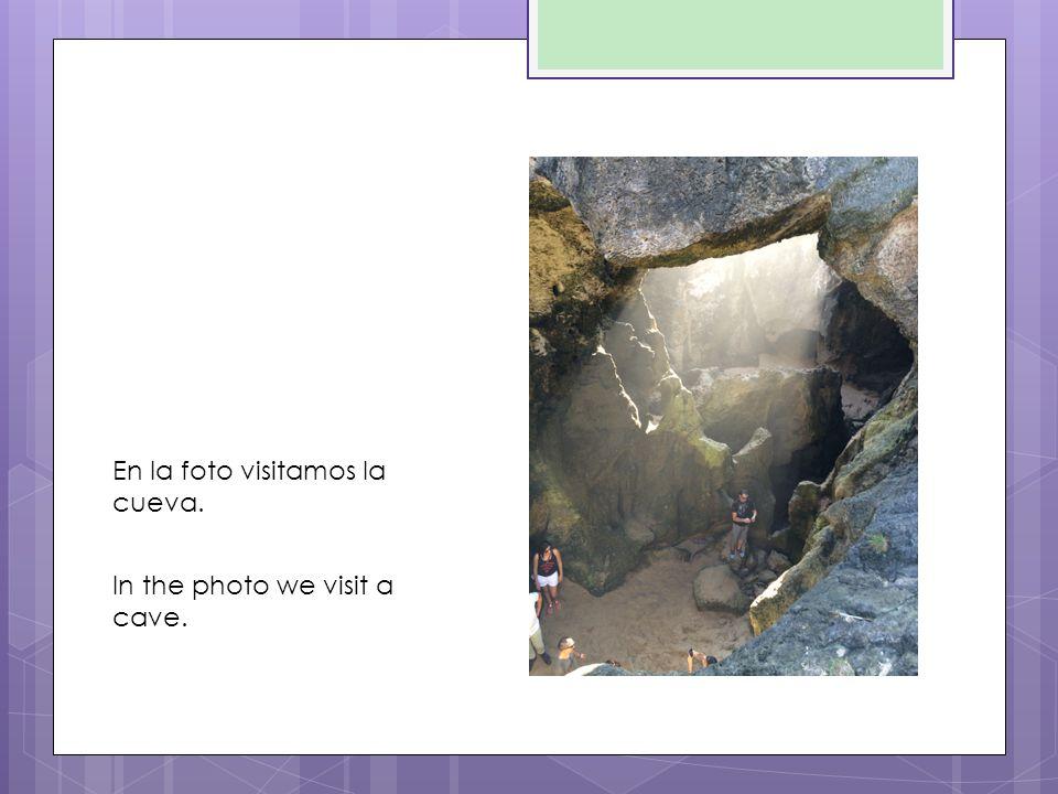 En la foto visitamos la cueva. In the photo we visit a cave.