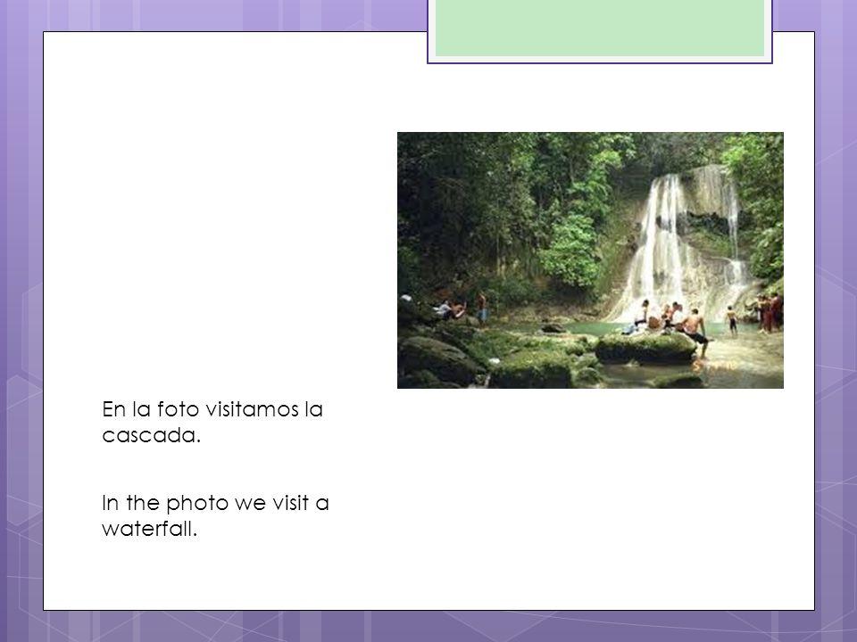 En la foto visitamos la cascada. In the photo we visit a waterfall.