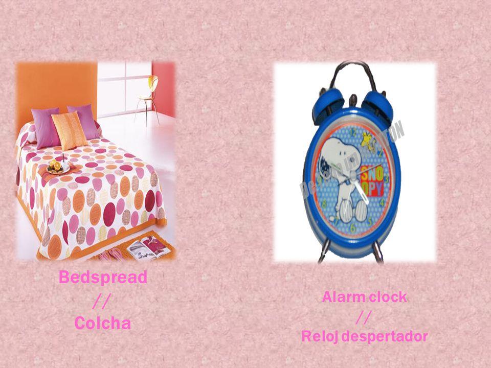 Bedspread // Colcha Alarm clock // Reloj despertador