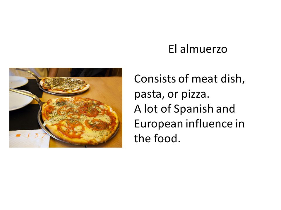 El almuerzo Consists of meat dish, pasta, or pizza.