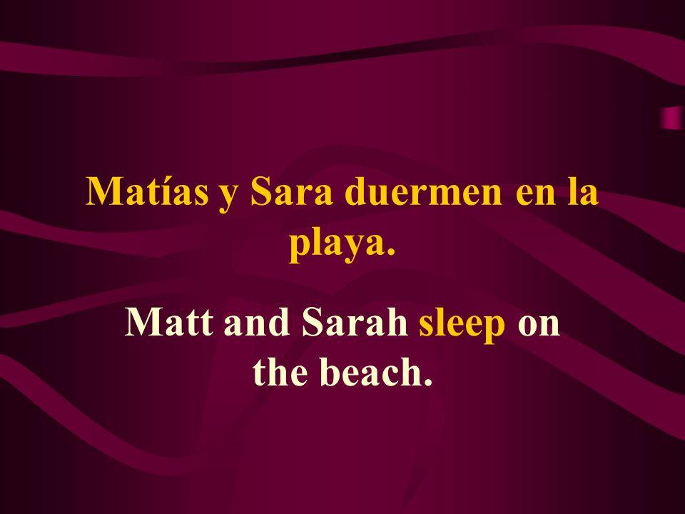Matías y Sara duermen en la playa. Matt and Sarah sleep on the beach.