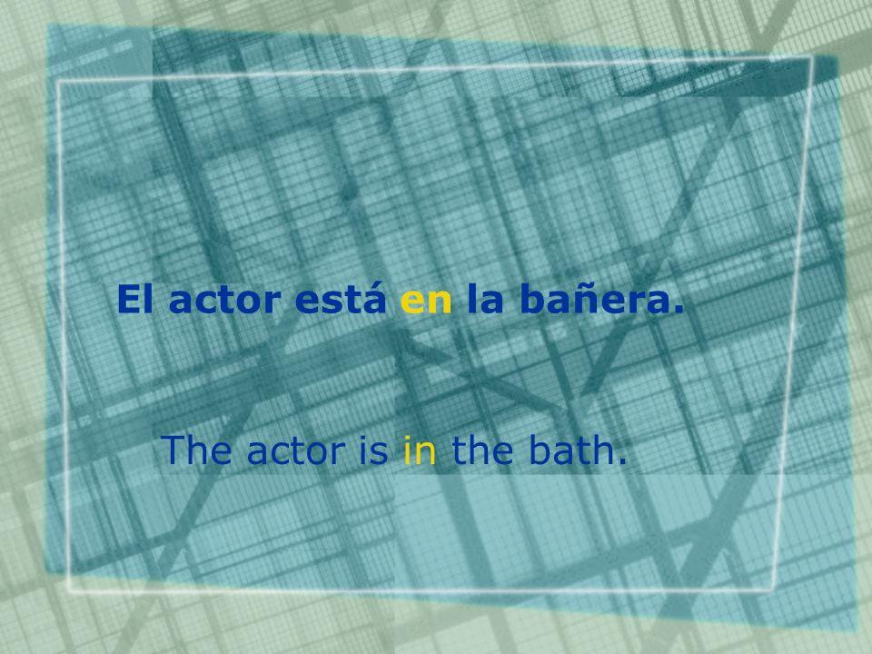 El actor está en la bañera. The actor is in the bath.