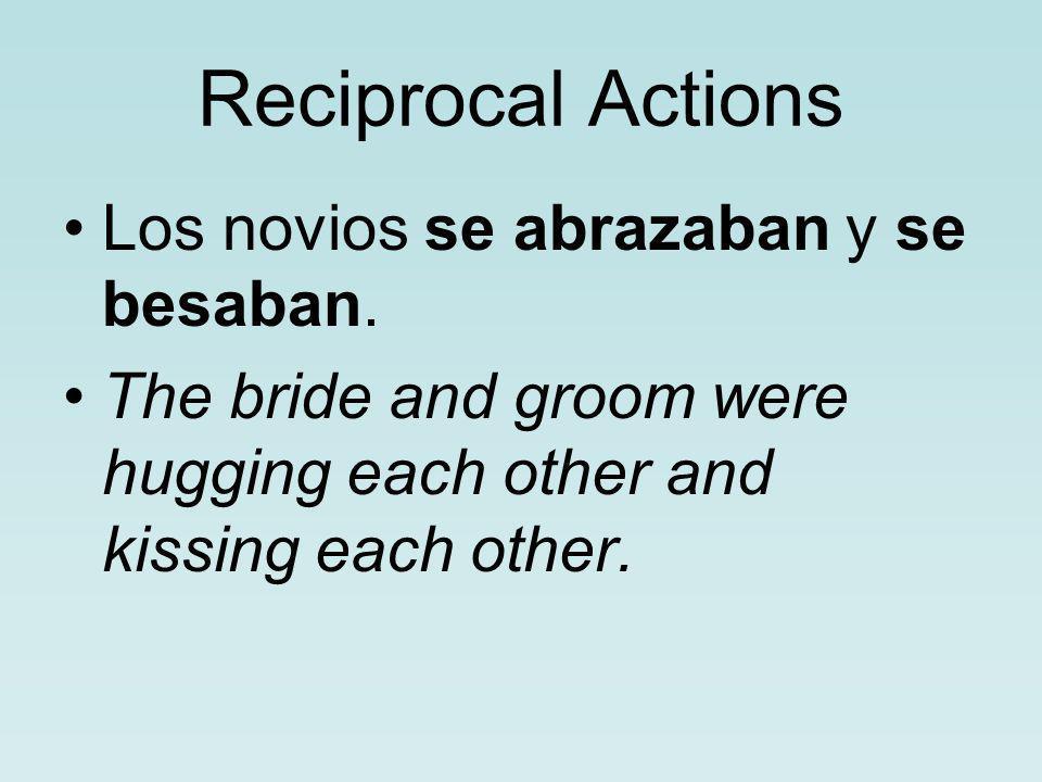 Reciprocal Actions Los novios se abrazaban y se besaban.