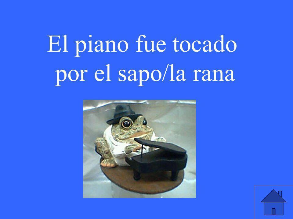 El piano fue tocado por el sapo/la rana