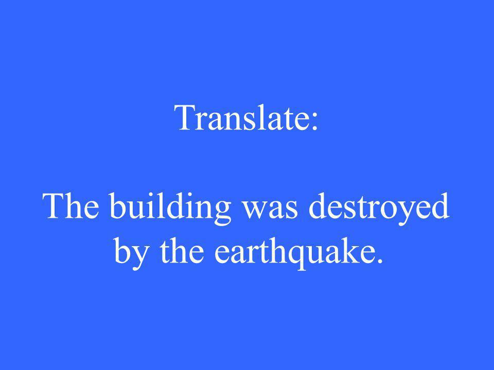 Translate: The building was destroyed by the earthquake.