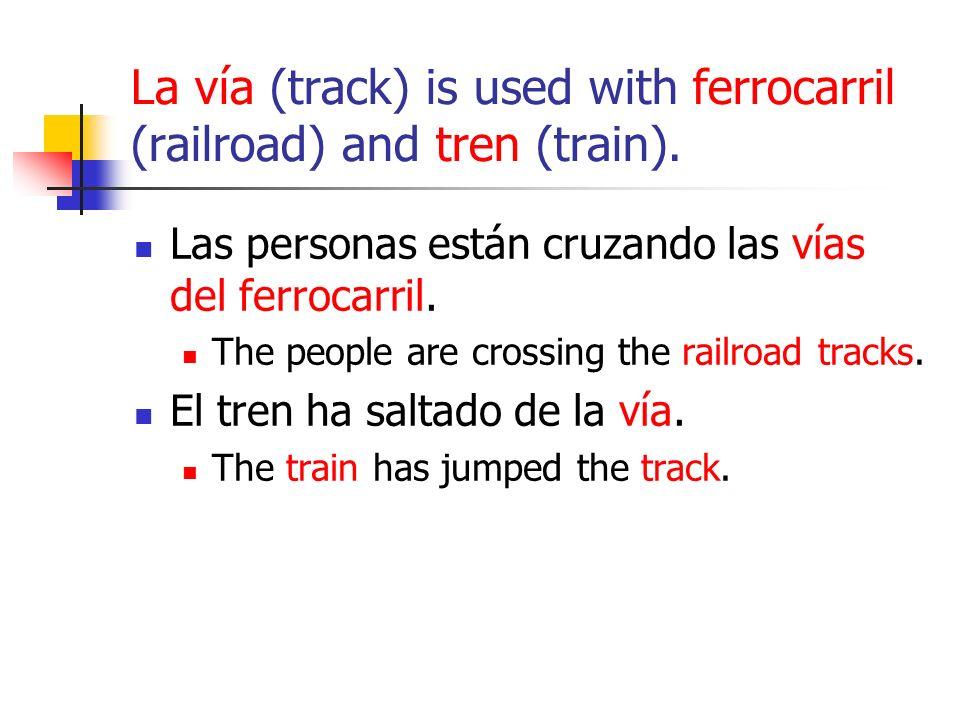 La vía (track) is used with ferrocarril (railroad) and tren (train).