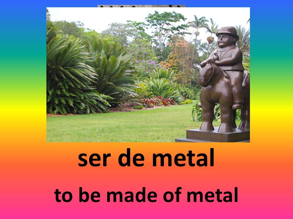 ser de metal to be made of metal