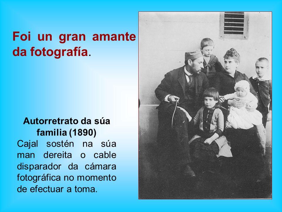 Foi un gran amante da fotografía. Autorretrato da súa familia (1890) Cajal sostén na súa man dereita o cable disparador da cámara fotográfica no momen