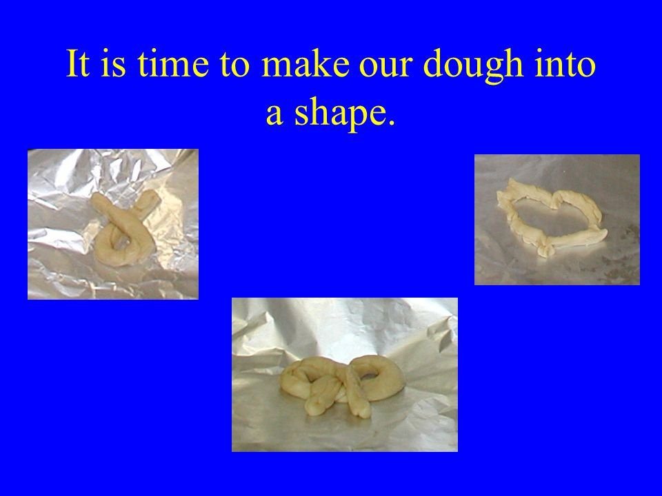After two hours, the dough is finished. Next, we need to roll and stretch the dough.