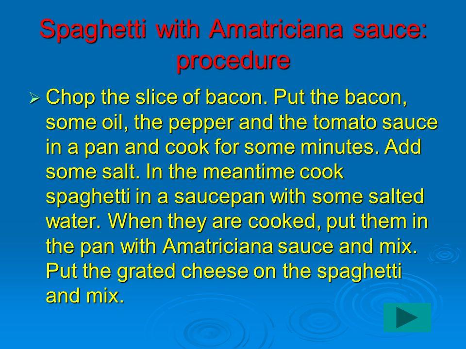 Spaghetti with Amatriciana sauce: procedure Chop the slice of bacon.