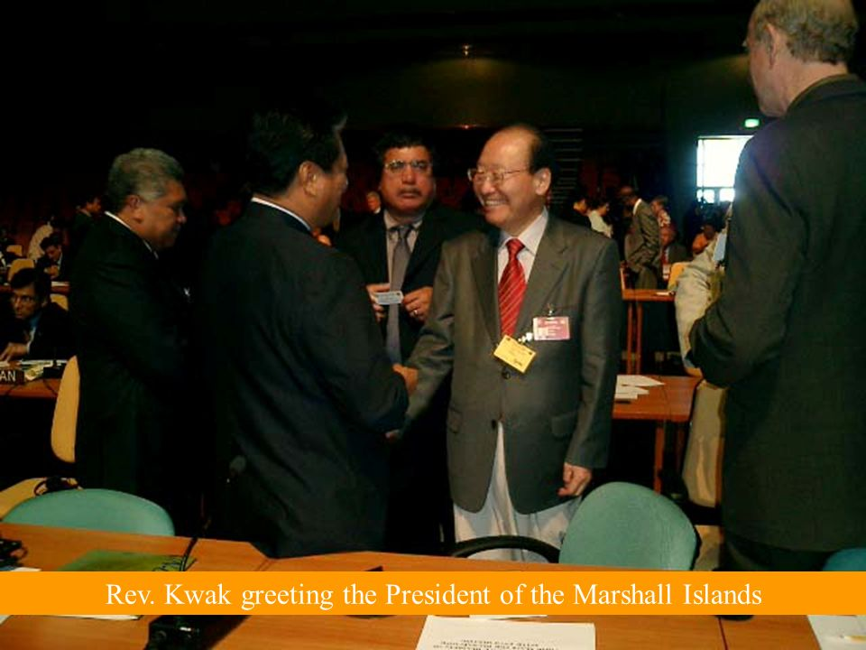 Rev. Kwak greeting the President of the Marshall Islands