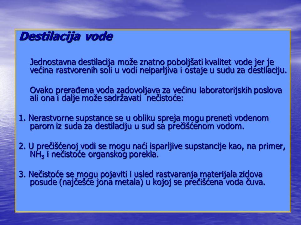 Destilacija vode Jednostavna destilacija može znatno poboljšati kvalitet vode jer je većina rastvorenih soli u vodi neiparljiva i ostaje u sudu za destilaciju.
