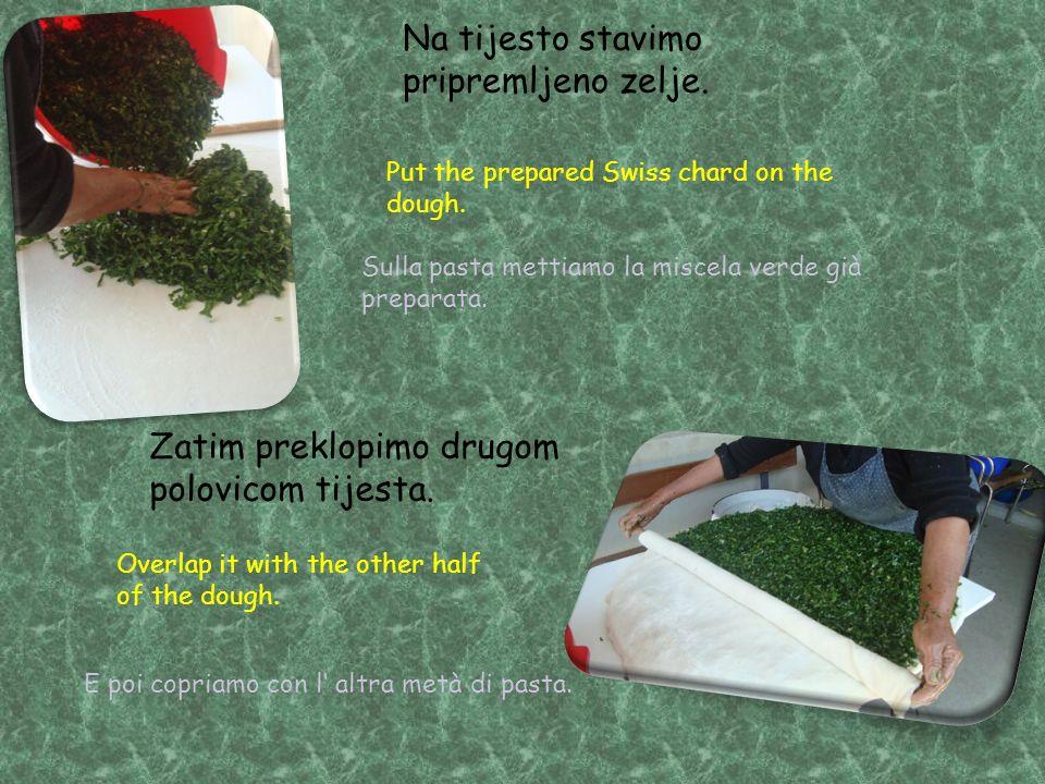 Na tijesto stavimo pripremljeno zelje. Zatim preklopimo drugom polovicom tijesta.