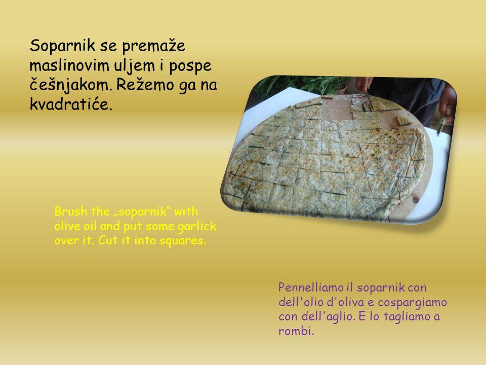 Soparnik se premaže maslinovim uljem i pospe češnjakom.