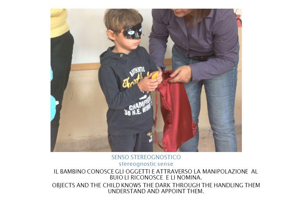 IL BAMBINO CONOSCE GLI OGGETTI E ATTRAVERSO LA MANIPOLAZIONE AL BUIO LI RICONOSCE E LI NOMINA. OBJECTS AND THE CHILD KNOWS THE DARK THROUGH THE HANDLI