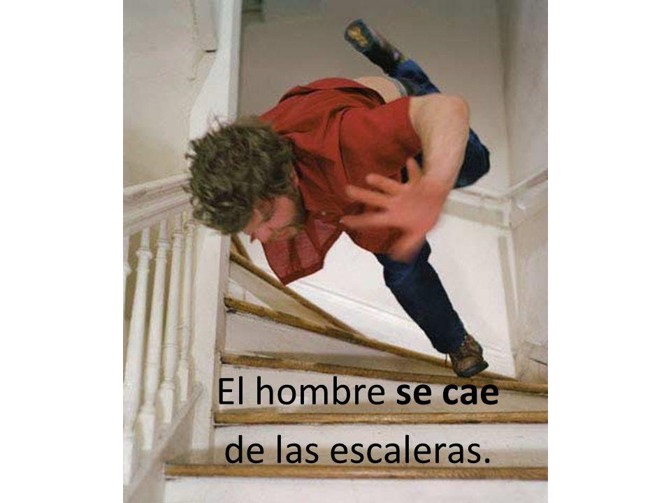 El hombre se cae de las escaleras. El hombre se cae de las escaleras.
