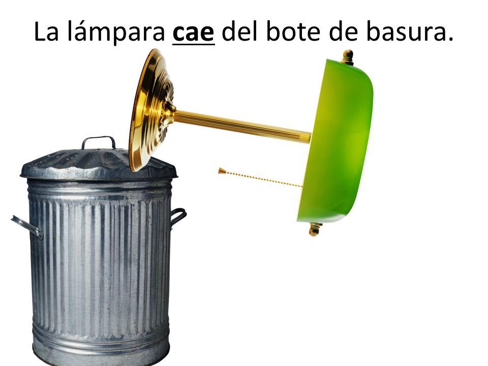 La lámpara cae del bote de basura.
