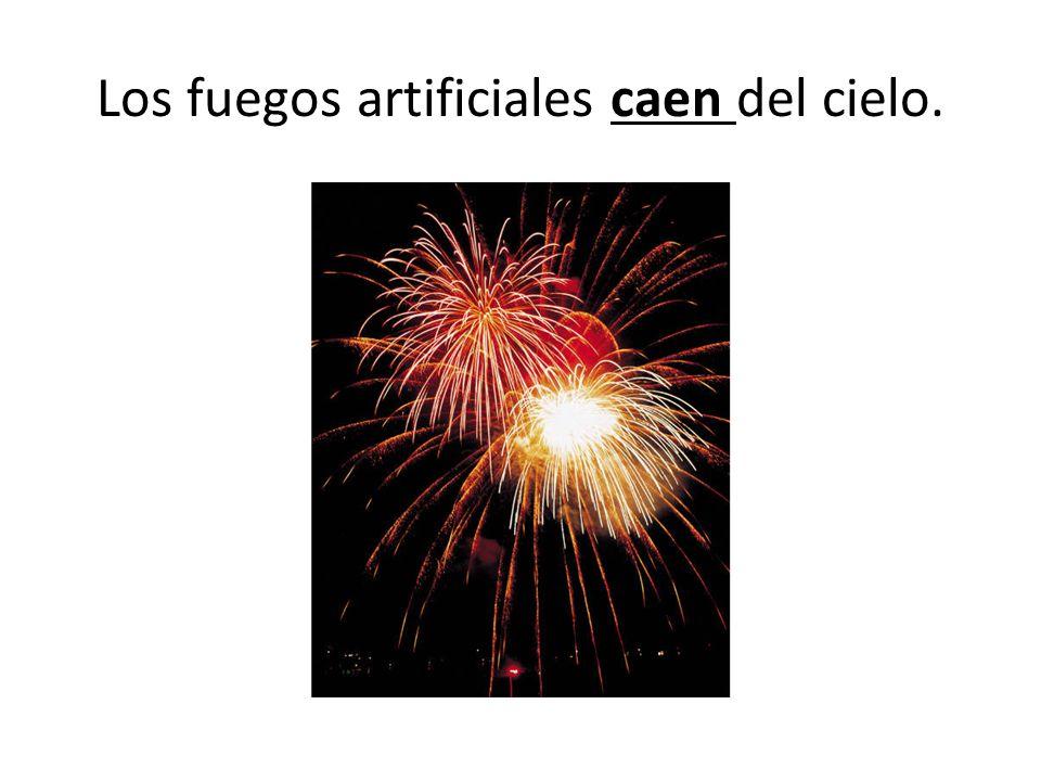 Los fuegos artificiales caen del cielo.