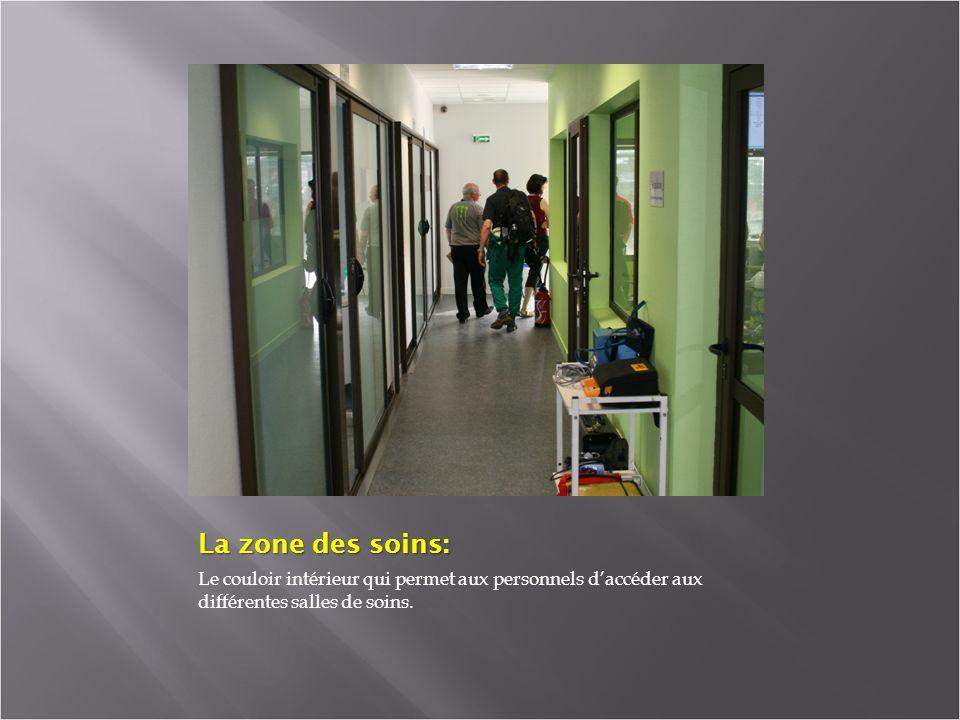 La zone des soins: Le couloir intérieur qui permet aux personnels daccéder aux différentes salles de soins.
