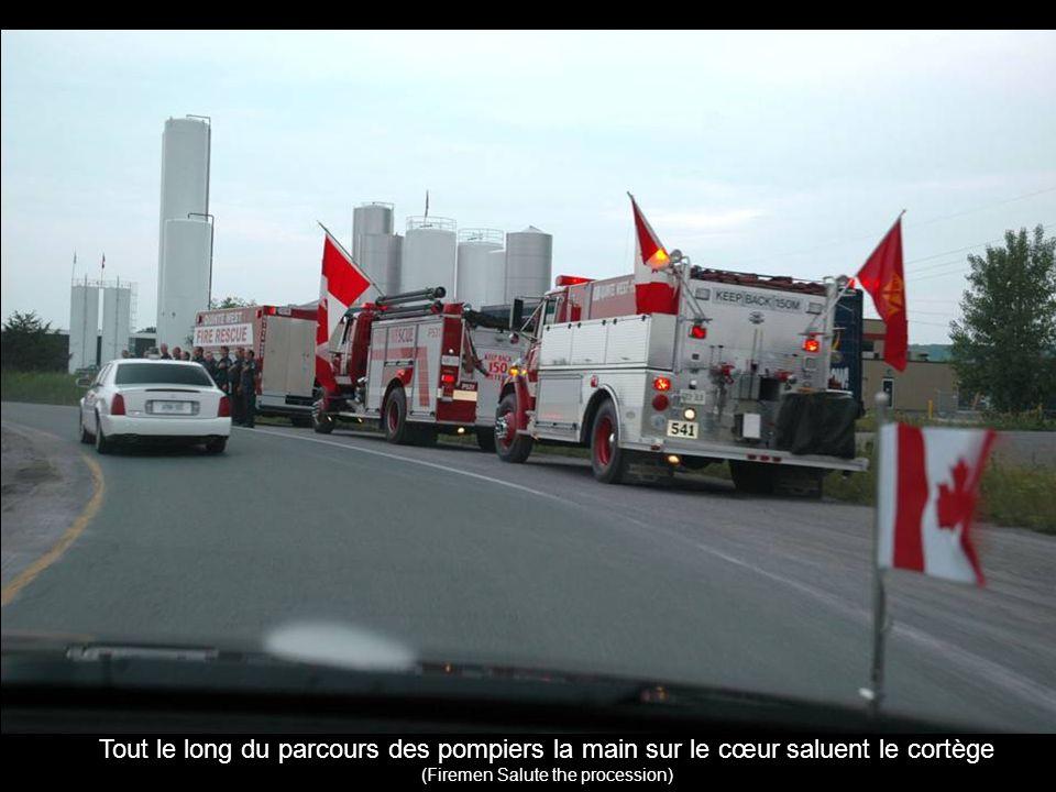 Tout le long du parcours des pompiers la main sur le cœur saluent le cortège (Firemen Salute the procession)