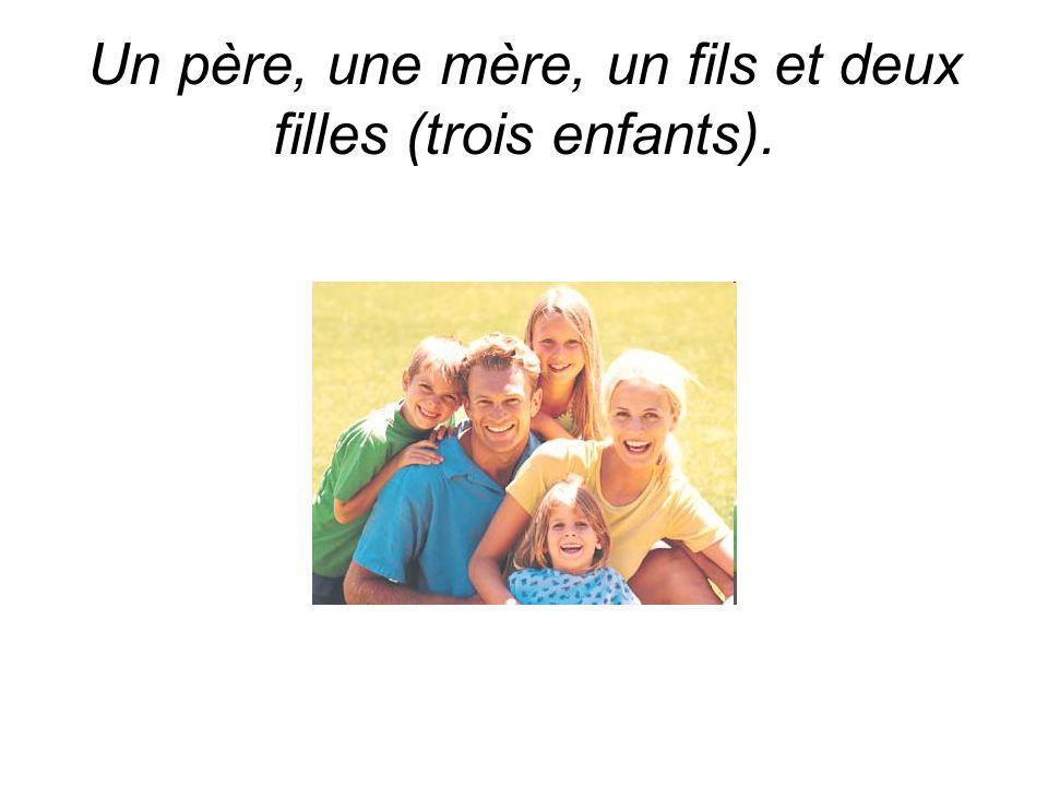 Un père, une mère, un fils et deux filles (trois enfants).