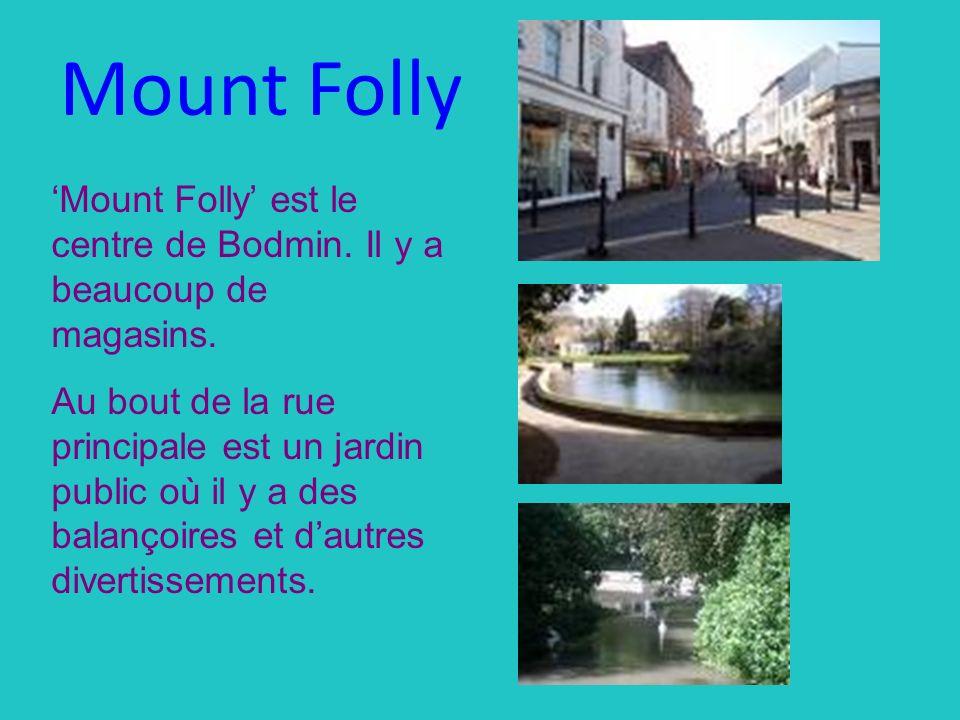 Mount Folly est le centre de Bodmin. Il y a beaucoup de magasins. Au bout de la rue principale est un jardin public où il y a des balançoires et dautr