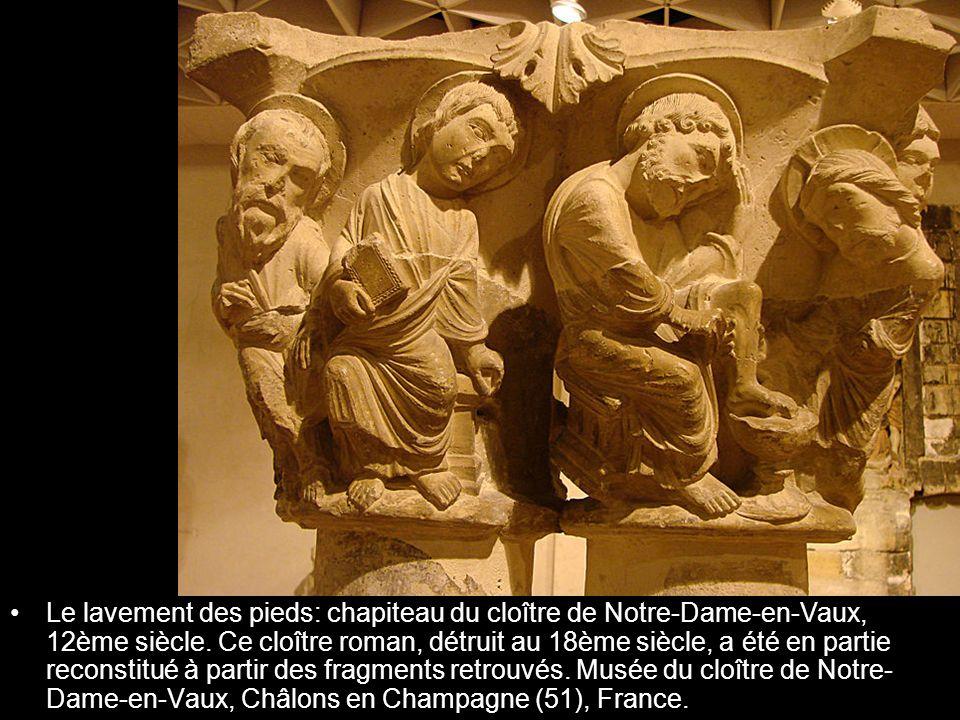 Le lavement des pieds: chapiteau du cloître de Notre-Dame-en-Vaux, 12ème siècle. Ce cloître roman, détruit au 18ème siècle, a été en partie reconstitu