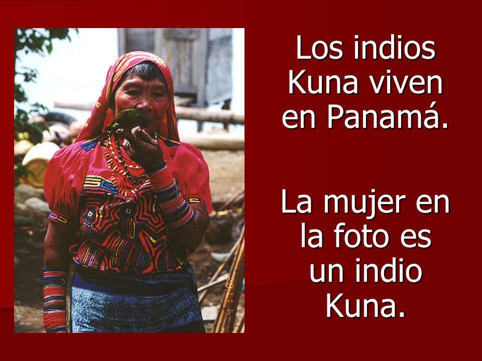 Los indios Kuna viven en Panamá. La mujer en la foto es un indio Kuna.