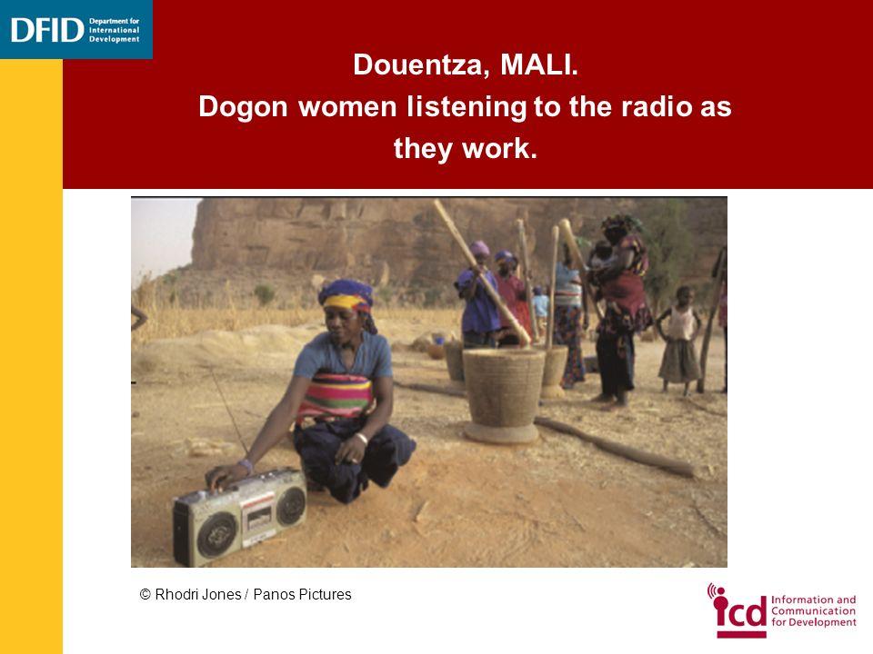 Douentza, MALI. Dogon women listening to the radio as they work. © Rhodri Jones / Panos Pictures