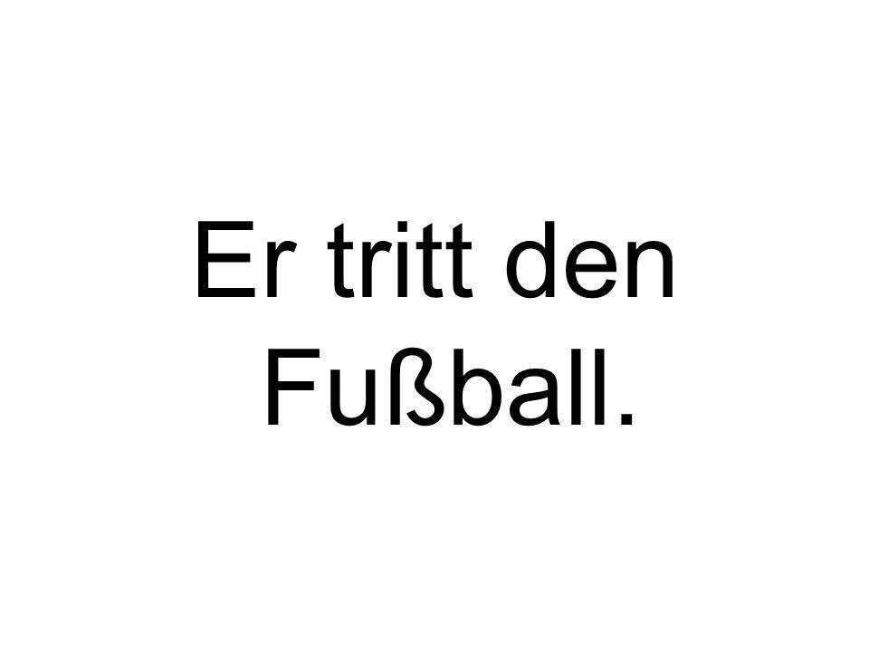 Er tritt den Fußball.