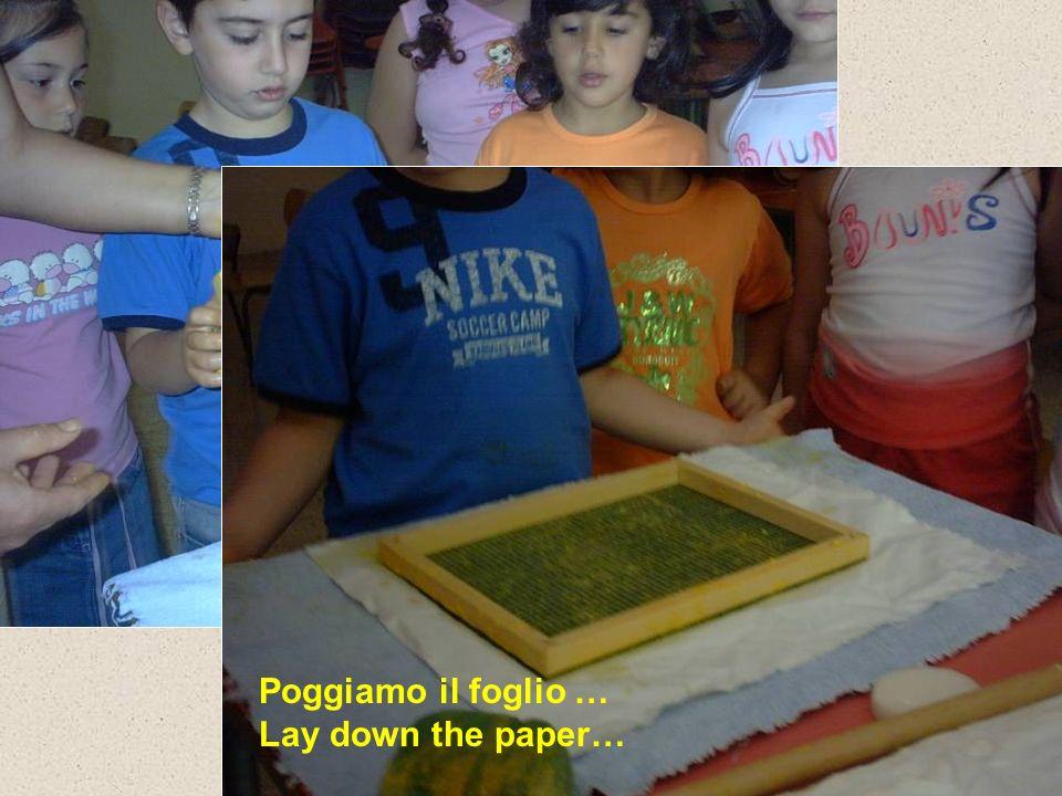 Poggiamo il foglio … Lay down the paper…