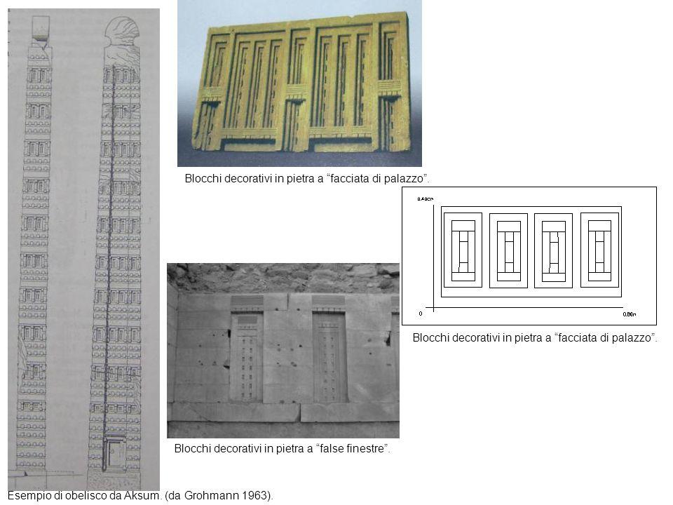 Esempio di obelisco da Aksum. (da Grohmann 1963). Blocchi decorativi in pietra a false finestre. Blocchi decorativi in pietra a facciata di palazzo.
