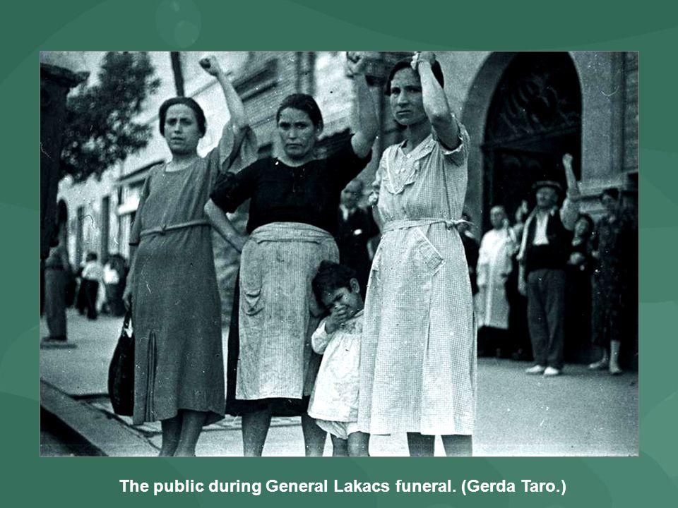 The public during General Lakacs funeral. (Gerda Taro.)