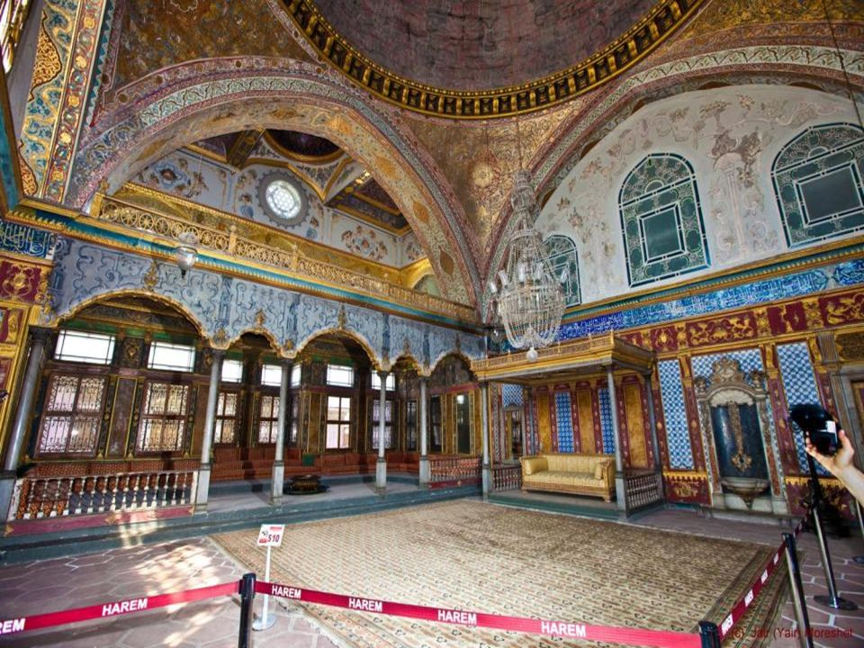 The Imperial Harem of more than 400 rooms within the palace contains the private apartments of the sultan, the concubines and wives of the sultan, as well as the eunuchs who served them.