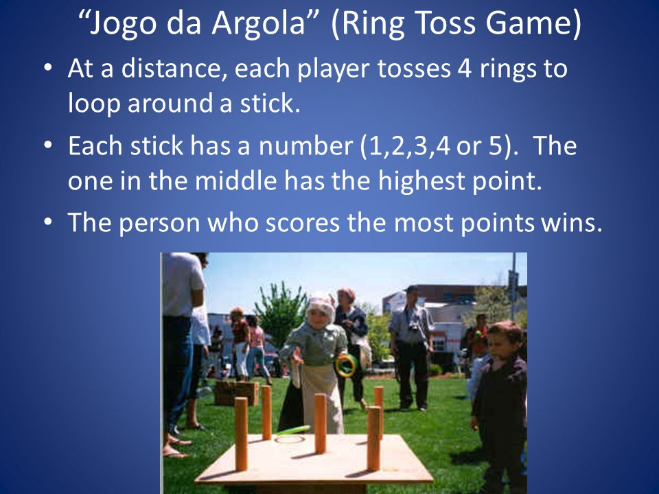 Jogo da Argola (Ring Toss Game) At a distance, each player tosses 4 rings to loop around a stick.