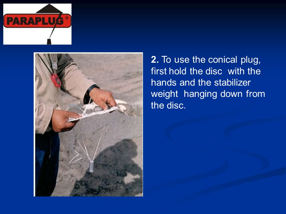 2. To use the conical plug, first hold the disc with the hands and the stabilizer weight hanging down from the disc.