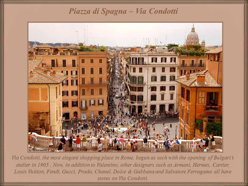 Fontana della Barcaccia de Bernini in the Piazza di Spagna – in the background the steps rising to Piazza Trinità dei Monti. Piazza di Spagna - Fontan