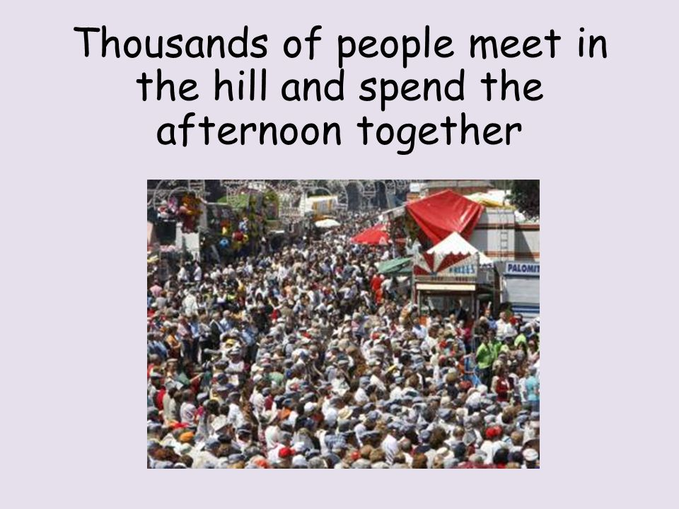 Thousands of people meet in the hill and spend the afternoon together