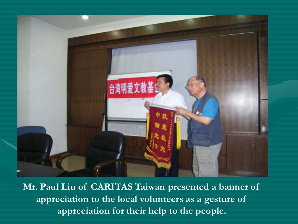 Mr. Paul Liu of CARITAS Taiwan presented a banner of appreciation to the local volunteers as a gesture of appreciation for their help to the people.