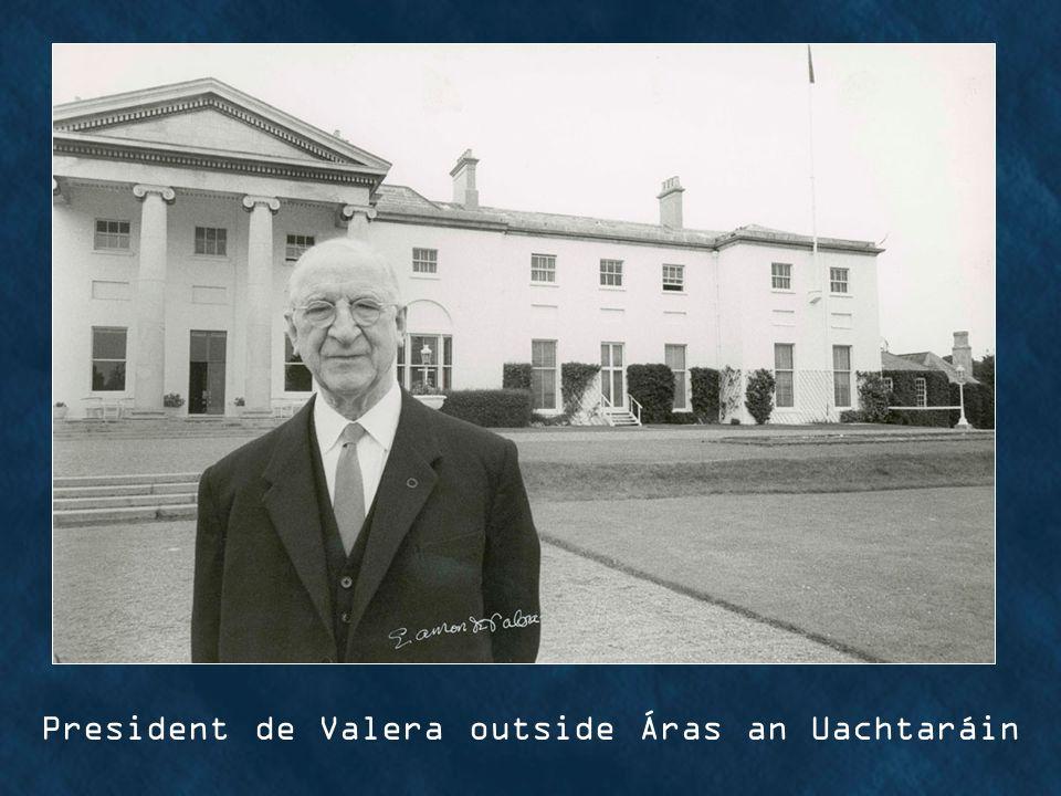 President de Valera outside Áras an Uachtaráin