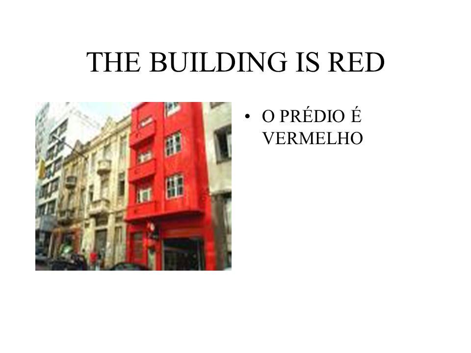 THE BUILDING IS RED O PRÉDIO É VERMELHO