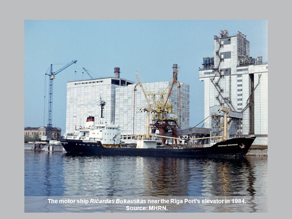 The motor ship Ričardas Bukauskas near the Rīga Ports elevator in 1984. Source: MHRN.