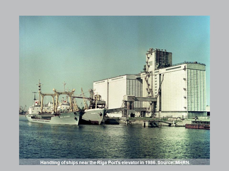 Handling of ships near the Rīga Ports elevator in 1986. Source: MHRN.