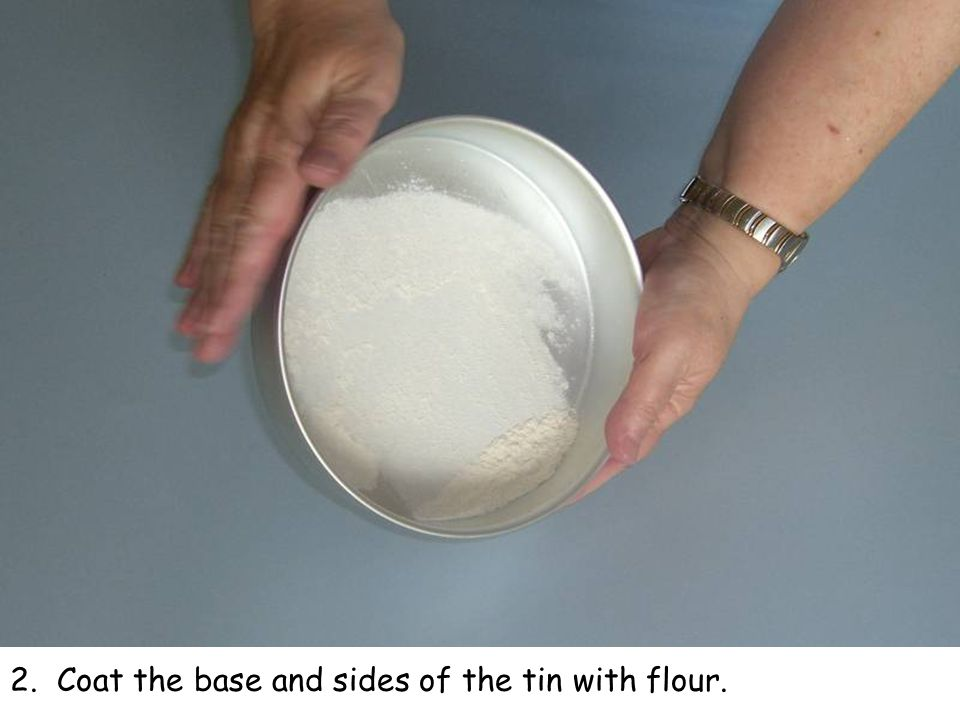 2. Coat the base and sides of the tin with flour.