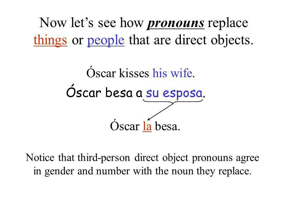 Óscar kisses his wife. Óscar besa a su esposa. Óscar la besa.