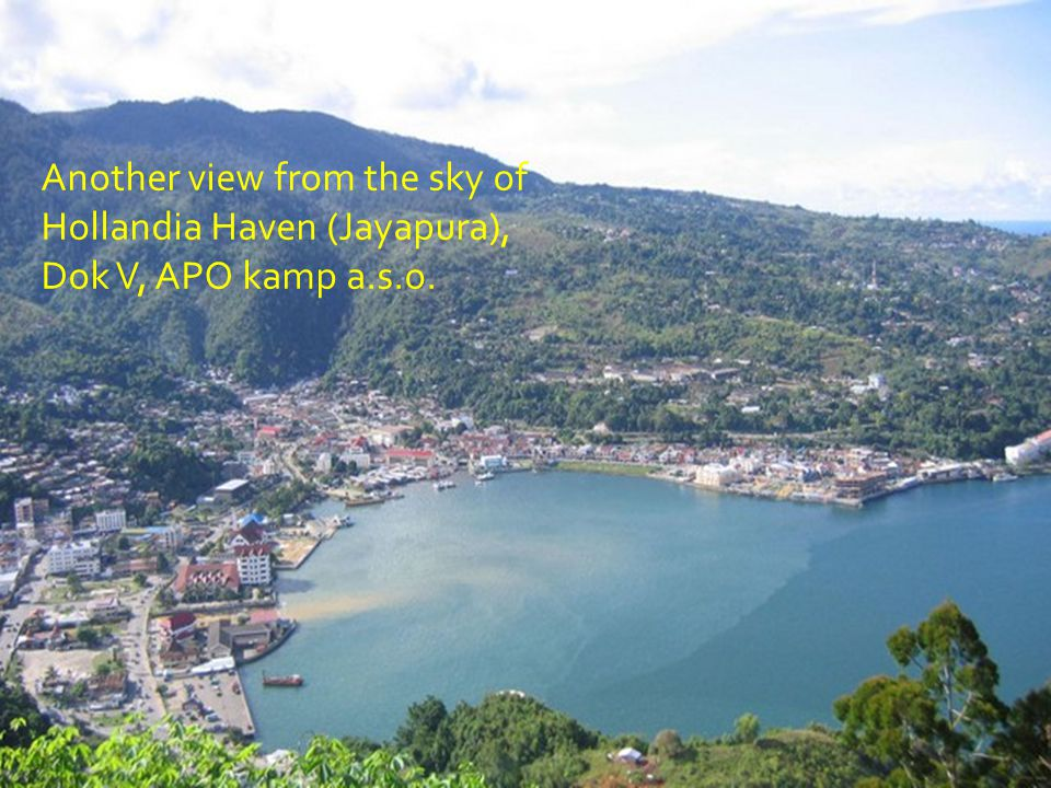Hollandia Haven (Jayapura) Seen from up in the sky. Middle left: Former Oranje Laan Farmost leftside: Kloofkamp